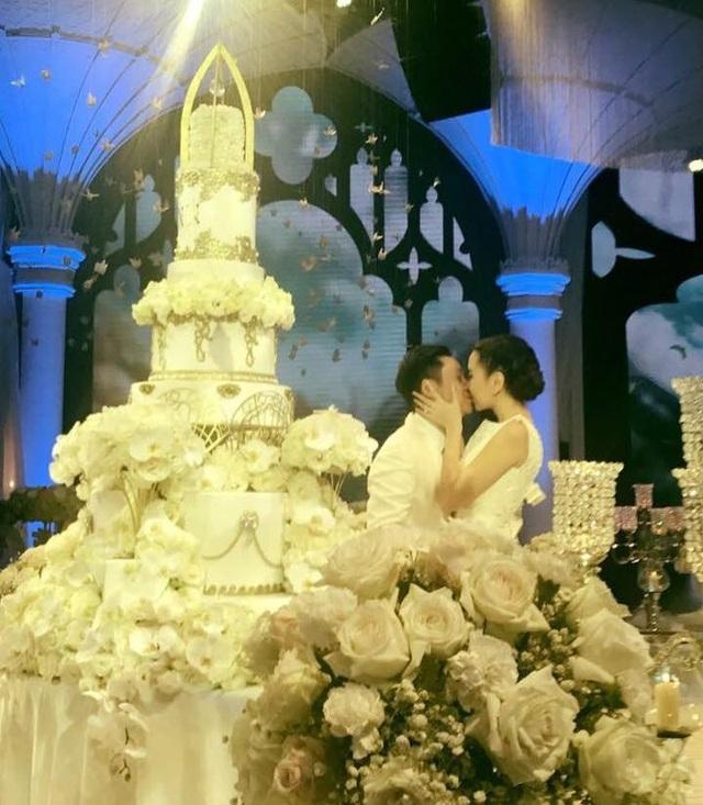 Cô dâu chú rể hôn nhau trong giờ phút quan trọng.
