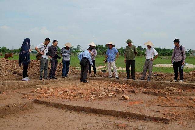 Khai quật khảo cổ trên cánh đồng Nội Cung thuộc di tích đền Trần hồi tháng 6/2016. Ảnh: VKC.