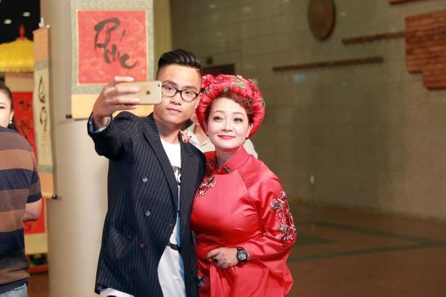 Nghệ sĩ hài Trà My và con trai chụp ảnh trước khi bước vào đêm diễn.