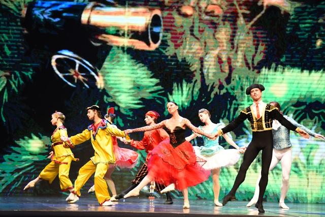 Đêm diễn đã đưa khán giả Hà Nội chìm trong giấc mơ có thật của Kẹp hạt dẻ.