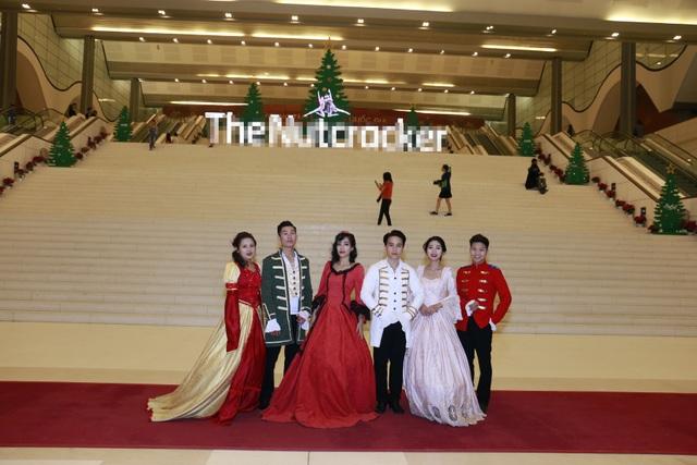 Khán giả lộng lẫy với những bộ cánh Giáng sinh khi bước chân vào thiên đường ballet.