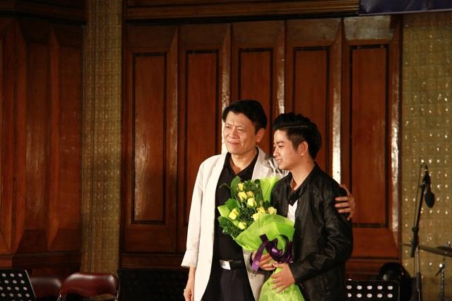 NSND Quang Vinh tặng hoa cho thí sinh Vũ Tiến.