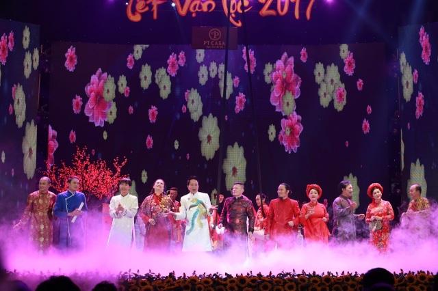 Các nghệ sĩ tham gia chương trình chào khán giả.