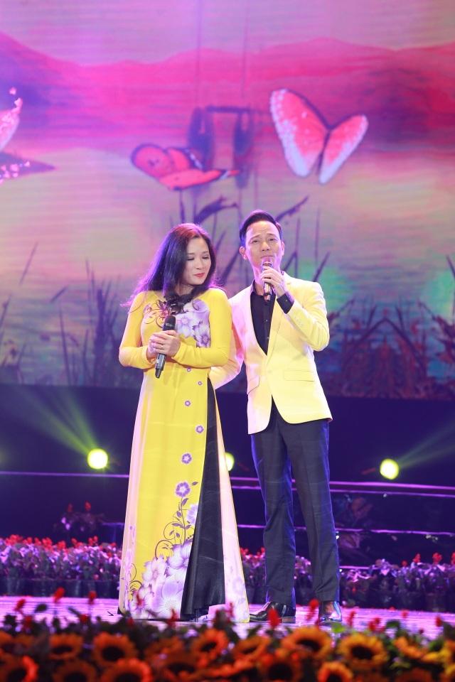 Vợ chồng nghệ sĩ Thanh Thanh Hiền - Chế Phong ngọt ngào và tình tứ với một ca khúc tình yêu.