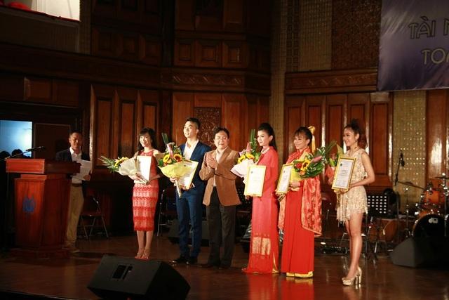 Các thí sinh nhận Huy chương và hoa của BTC.