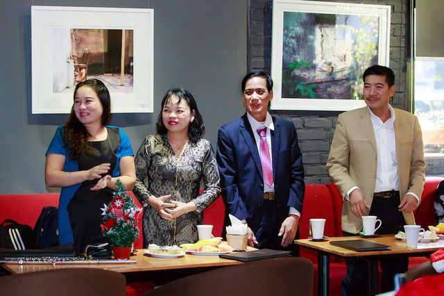 Bố mẹ của Slim V và Huyền Trang đến ủng hộ con trai - con gái.
