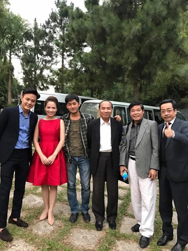 Đan Lê chụp ảnh chung với các diễn viên tham gia phim.