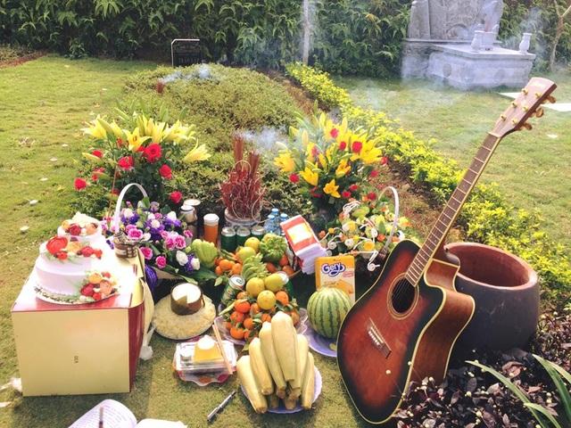 Bánh sinh nhật, đàn guitar, hoa quả, ngô luộc... là những thứ mà vợ con và bạn bè mang đến để sinh nhật Trần Lập.