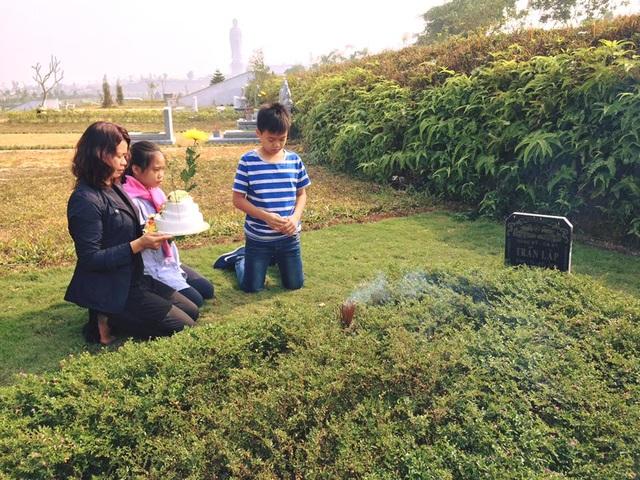 Vợ con Trần Lập thổi nến mừng tuổi 43 cùng anh bên phần mộ.