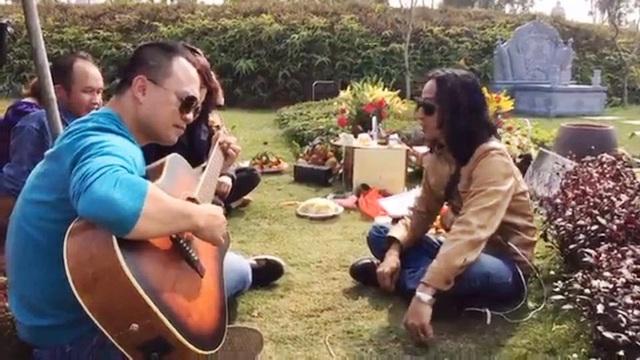 Bạn bè cùng hát mừng sinh nhật Trần Lập như thể anh đang ở bên họ chưa hề rời xa.