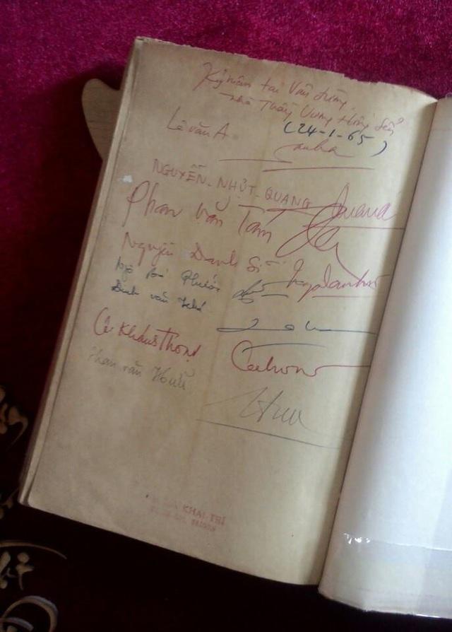 Cuốn sách quý hiếm có nhiều chữ ký của những các văn nghệ sĩ sẽ được mang đấu giá trong phiên chợ sách xưa.