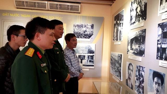 Các chiến sĩ và người dân rất quan tâm đến triển lãm.