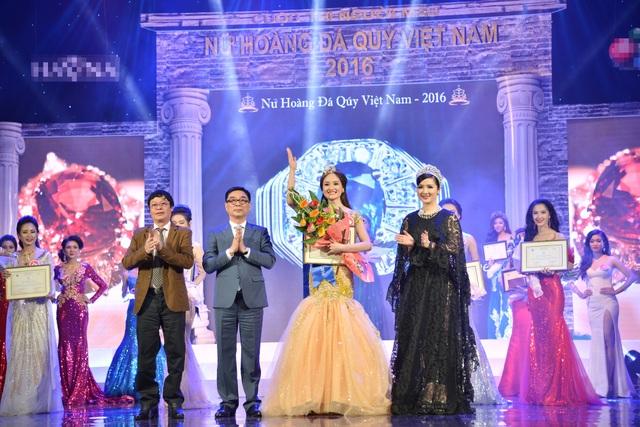 Phút đăng quang của Nữ hoàng Nguyễn Thị Oanh - Hà Nội.