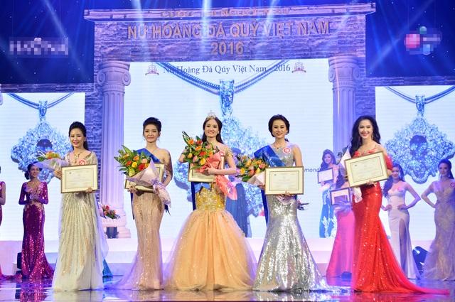 3 người đẹp đứng giữa là 3 người dành ngôi vị cao nhất của cuộc thi.