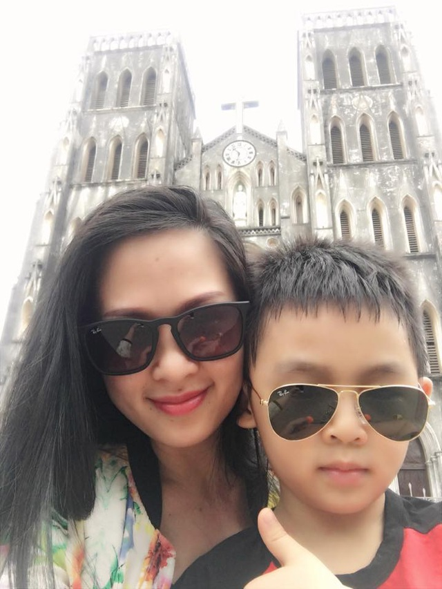 BTV Thuý Hằng và con trai. Ảnh: FBNV.