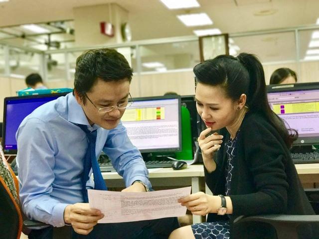 BTV Thuý Hằng và Hữu Bằng rất hay dẫn chung cùng nhau trong các bản tin Thời sự 19h. Ảnh: FBNV.