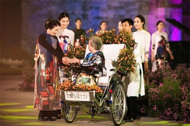 Vợ danh hoạ Bùi Xuân Phái, các nghệ sĩ gạo cội và hàng trăm người mẫu đã tham gia biểu diễn áo dài trong những ngày diễn ra sự kiện. Ảnh: TL.