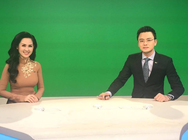 BTV Hữu Bằng khá buồn khi đây là lần cuối cùng anh được dẫn bản tin Thời sự cùng người đồng nghiệp xinh đẹp Thuý Hằng.