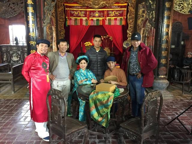 Các nghệ sĩ và đạo diễn Phạm Đông Hồng khi quay Chôn nhời ở Hải Dương.