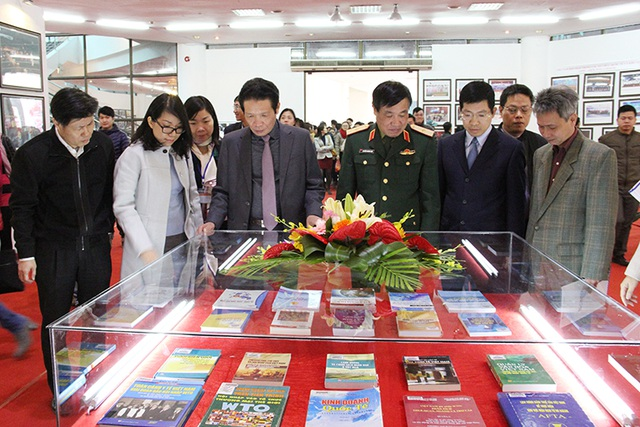 Thứ trưởng Hoàng Vĩnh Bảo và quan khách tham quan triển lãm. Ảnh: Thảo Anh.