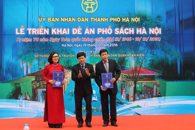 Ông Ngô Văn Quý - Phó Chủ tịch UBND TP. Hà Nội trao quyết định khỏi công Phố Sách cho Sở TT-TT Hà Nội.