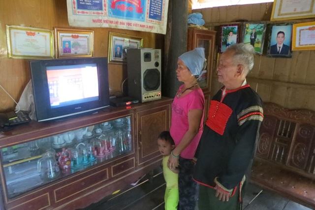 Người già là đối tượng có nhiều thời gian để làm bạn với chiếc tivi nhất. Ảnh: TL.