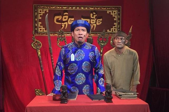 Quan huyện Bợm xử án trong phim hài Tết Chôn nhời 4.