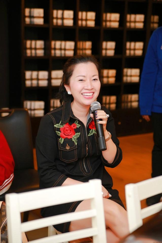Nhiều lúc, mẹ của Á hậu thân thiện chụp hình cùng người hâm mộ của Huyền My, rồi sau đó hoà theo đám đông rất nhiệt tình để cổ vũ cho cô nàng Á hậu 9X đang đứng giao lưu với fans trên sân khấu.