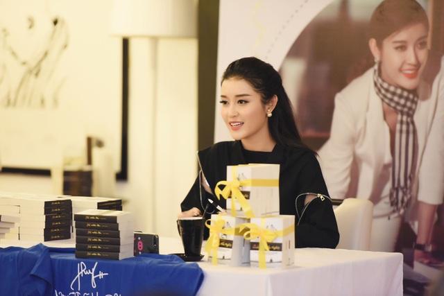 """Đến với buổi gặp gỡ fans hâm mộ ngày hôm qua, Á hậu Huyền My không diện váy áo điệu đà như thường lệ mà mặc cả """"cây"""" đen giản dị nhưng không kém phần cá tính."""
