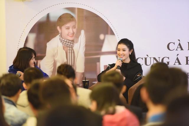 Trong buổi giao lưu, Huyền My đã chia sẻ nhiều tâm sự và dự định của cô với fans hâm mộ nhân dịp bước sang tuổi mới, đặc biệt là về chuyện tình yêu và xa hơn là dự định lập gia đình.