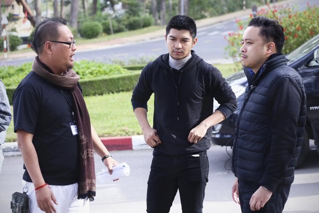 Diễn viên Cường Seven gây ấn tượng mạnh với vẻ trầm tư đầy nam tính trên phim trường bộ phim của Victor Vũ.