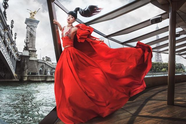 Jessica Minh Anh diễn thời trang trên sông Seine - Pháp - 4