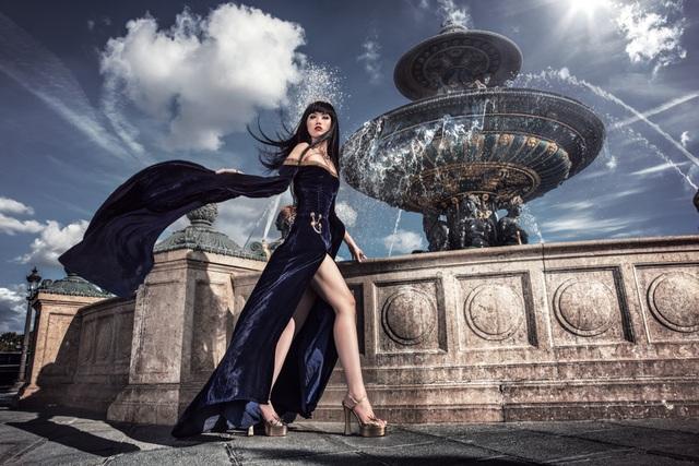 Jessica Minh Anh diễn thời trang trên sông Seine - Pháp - 5