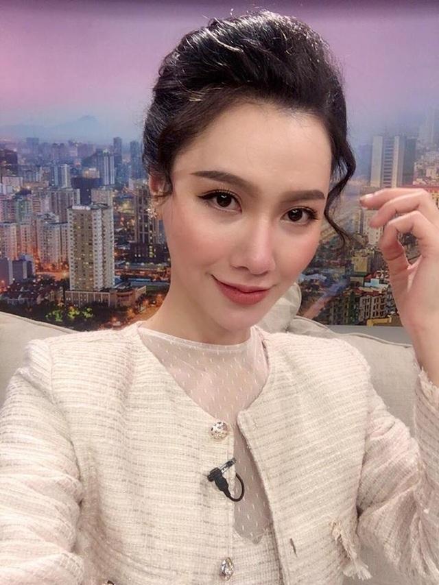 """MC Minh Hà quen thuộc với khán giả xem truyền hình yêu thích chương trình Cà phê sáng với VTV3. Ít ai biết rằng để có những """"ly cà phê thông tin thơm ngon"""" dành cho độc giả ekip của chương trình hàng ngày phải thức dậy làm việc từ rất sớm"""
