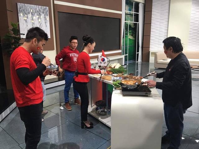 Minh Hà và ê-kíp cà phê sáng với VTV3 trong hậu trường ghi hình