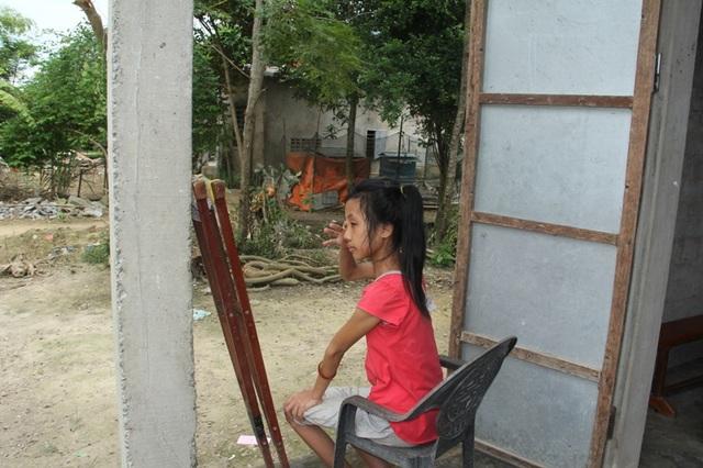 Cứ mỗi lần tiếng trống, tiếng hát vọng về, Linh lại bật khóc vì quá nhớ trường, nhớ bạn.