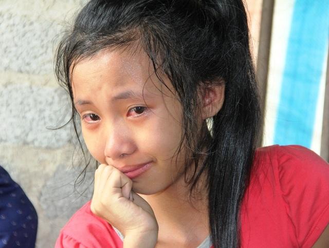 Linh bật khóc nức nở vì ước mơ trở thành bác sỹ dang dở vì bệnh tật hành hạ.