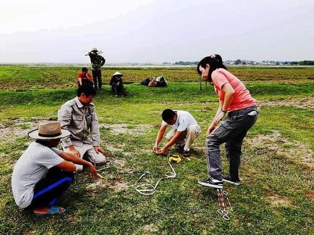 Các nhà khảo cổ xác định vị trí và đo diện tích để khai quật.