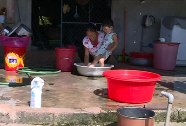 Cuộc sống của người dân thị trấn Cẩm Xuyên bị ảnh hưởng nặng nề do nhà máy xử lí nước sạch Cẩm Xuyên liên tục ngưng cấp nước.