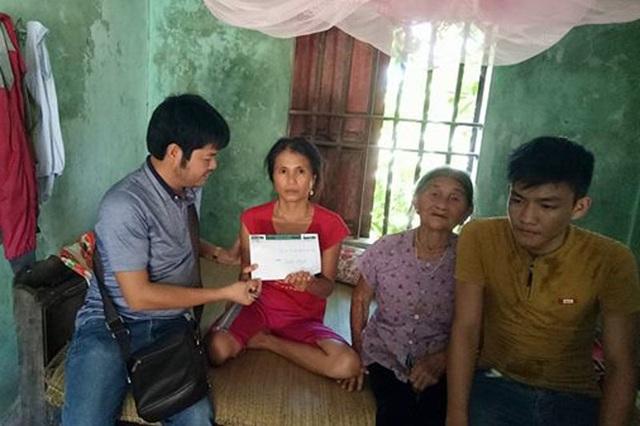 Trưa 27/9, PV Dân trí đã cùng đại diện một số nhà hảo tâm đã về xã Cẩm Hòa trao nóng số tiền 4000.000 đồng cho gia đình chị Hường.