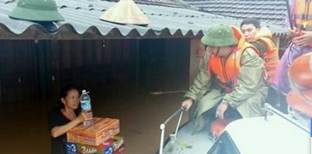 Ông Đặng Quốc Khánh thị sát, thăm hỏi, động viên người dân vùng ngập lụt huyện Hương Khê (ảnh: Chính Cương).