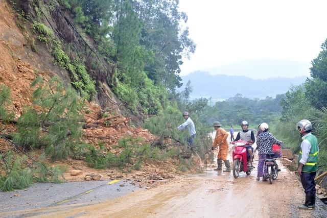 Cán bộ công nhân Hạt quản lý đường bộ IV, chính quyền địa phương giải tỏa cây cối, bùn đất sạt lở để các phương tiện được lưu thông.