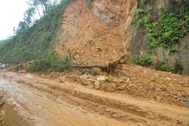 Tuyến đường Hồ Chí Minh đoạn qua xã Sơn Lễ, huyện Hương Sơn cũng bị ách tắc cục bộ do mưa lớn gây sạt lở nhiều điểm vào sáng nay.