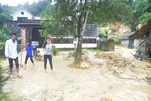 Vườn tược, sân nhà ông Sỹ sau khi được chính quyền, người dân bốc dọn đống bùn đất từ trên núi ập xuống.