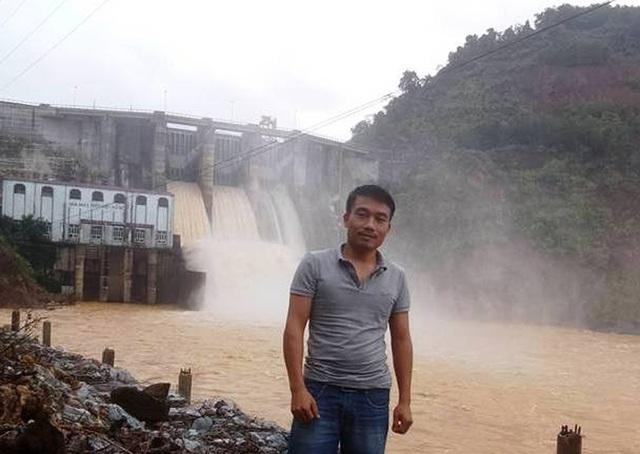 Luật sư Phan Chiều trong một lần tới thăm Nhà máy thủy điện Hố Hô.