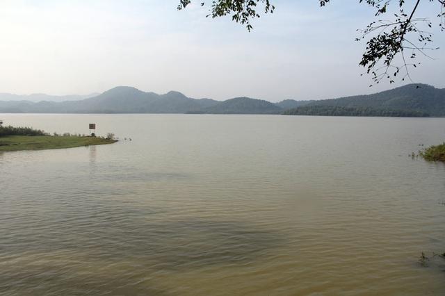 Mực nước hồ Kẻ Gỗ trước khi mở cửa tràn ở cao trình 31,15m, cao hơn ngưỡng cho phép 0,65m.