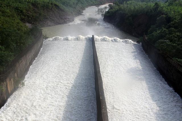 Theo ông Đặng Hòa Bình, Trưởng phòng Quản lý và khai thác Công ty Thủy lợi Nam Hà Tĩnh, người đang theo dõi sát việc xả tràn sáng nay, lưu lượng xả ban đầu 45 m3/s, dự kiến sau đó sẽ tăng lưu lượng lên 100 m3/s.