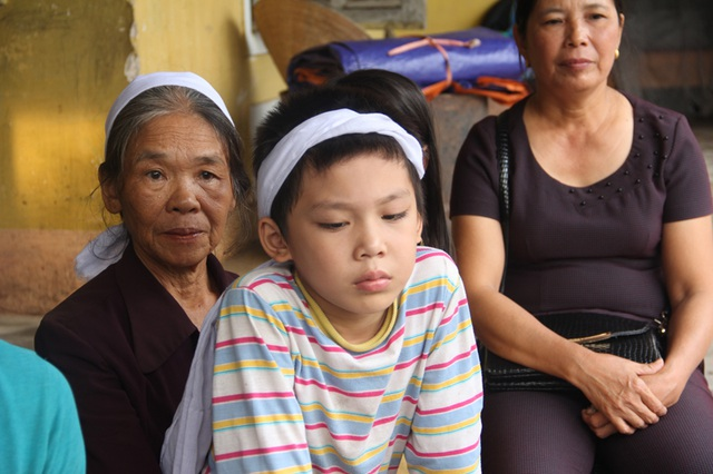 Bé Quyết là một học sinh giỏi của Trường tiểu học Đại Nài. Nhà đã nghèo, nay mẹ mất, con đường đến trường của Quyết trở nên khó khăn hơn bao giờ hết.