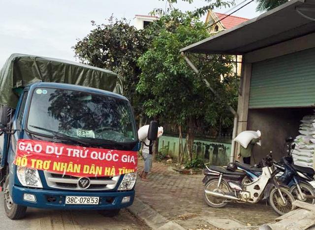 Chiếc xe đeo băng rôn gạo hỗ trợ dân, nhưng lại xả hàng ở cơ sở tư nhân.