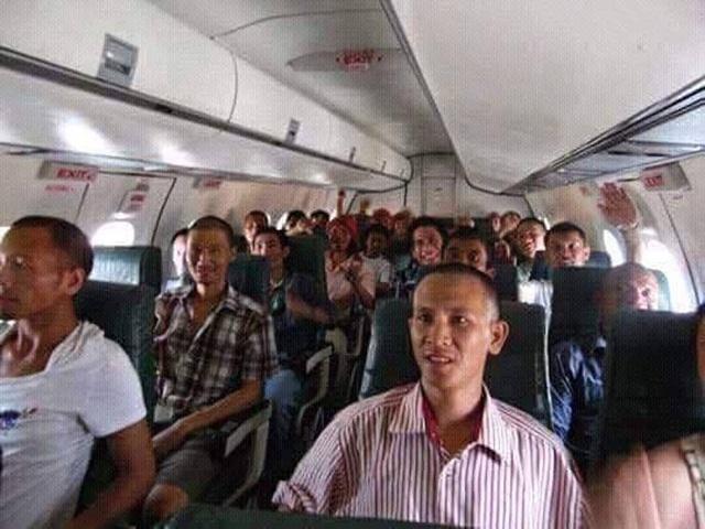 Anh Hạ (người áo sọc hồng) cùng toàn bộ thủy thủ đã lên máy bay sang Kenya để trước khi về nước. (Ảnh nhân vật cung cấp)